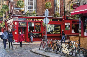 DUBLIN, IRELAND - NOV 11: Street scene in Dublin, Ireland on November 11, 2013. Temple Bar historic district is known as Dublins cultural quarter with lively nightlife.; Shutterstock ID 166702460; Nombre de Revista: Viajes NG; Nr de la revista: 218; Mes de publicación: mayo; Cliente/ Licenciatario: RBA REVISTAS